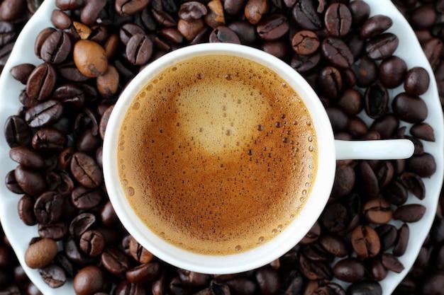 Xícara de café com pires e feijão