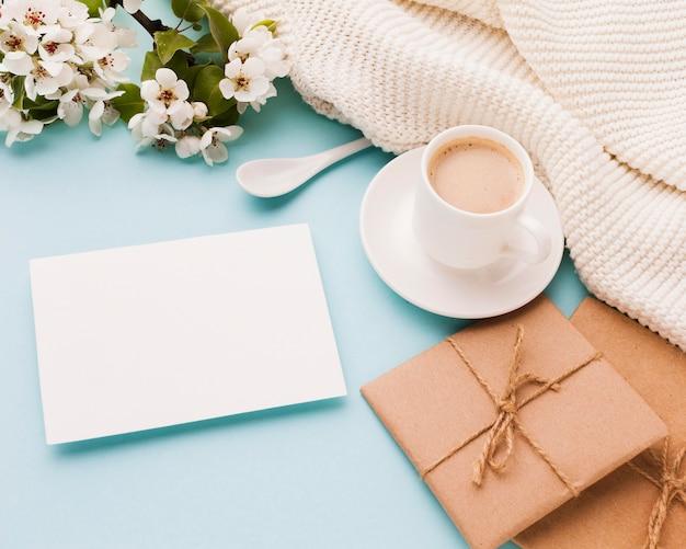 Xícara de café com presente