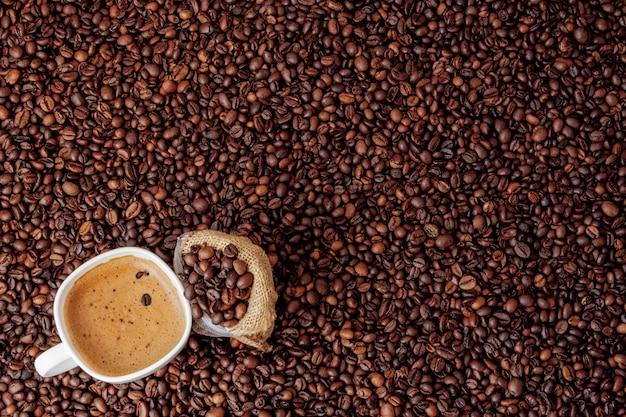 Xícara de café com saco de café na mesa de madeira. vista de cima