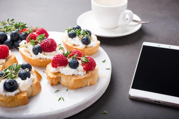 Xícara de café com sanduíches de frutas