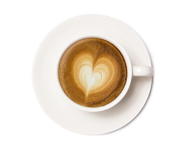 Xícara de café com sinal de coração, vista superior isolada no branco, com traçado de recorte.
