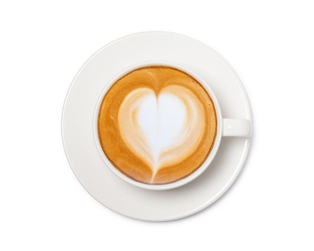Xícara de café com sinal de coração, vista superior isolada no espaço em branco, com traçado de recorte.
