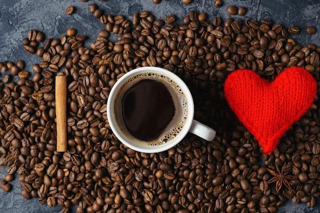 Xícara de café com um coração e grãos de café