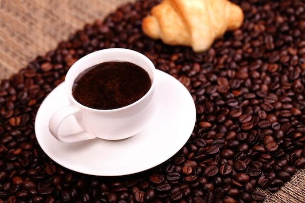 Xícara de café com um croissant