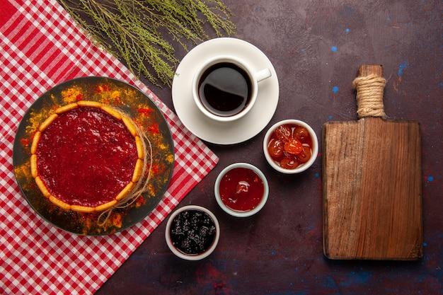 Xícara de café com vista de cima com bolo de sobremesa delicioso e geleias de frutas em fundo escuro