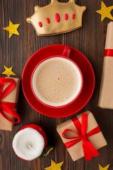 Xícara de café com vista de cima e biscoitos epifania