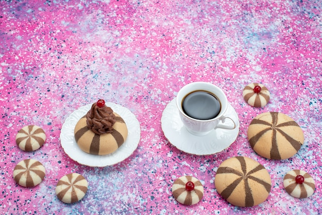 Xícara de café com vista de cima junto com biscoitos de chocolate na cor de fundo colorido açúcar doce