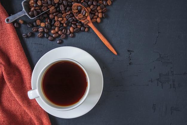 Xícara de café com vista superior e grãos de café