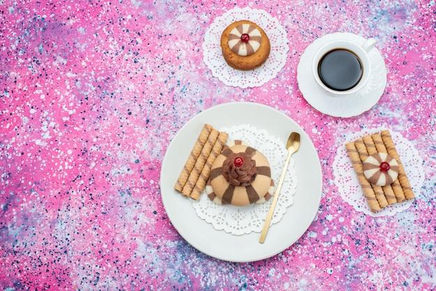 Xícara de café com vista superior junto com biscoitos de chocolate no fundo colorido biscoito de cor de café