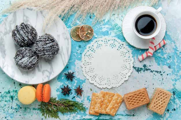 Xícara de café com waffles e bolos de chocolate no fundo azul bolo assar biscoito chocolate doce cor de açúcar