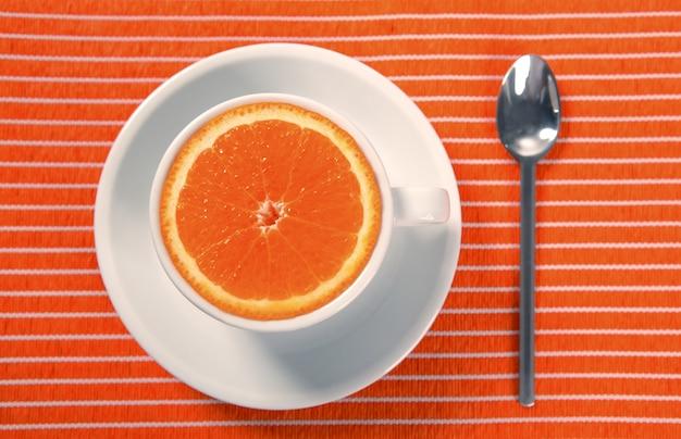 Xícara de café da manhã saudável de laranja em vez de cafeína