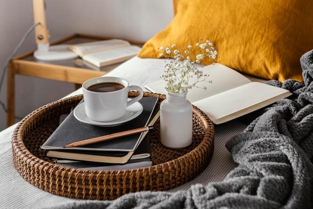 Xícara de café de ângulo alto em notebooks