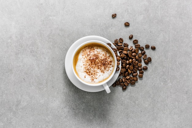 Xícara de café de cappuccino com grãos de café