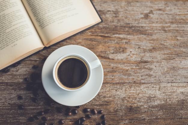 Xícara de café de cerâmica branca de preto quente americano na mesa de madeira