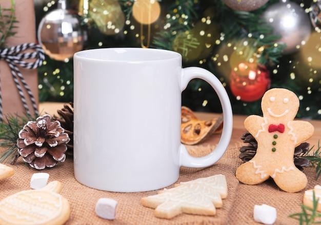 Xícara de café de cerâmica branca e decoração de natal em fundo de mesa woon. maquete para mensagem de texto de publicidade criativa ou conteúdo promocional.