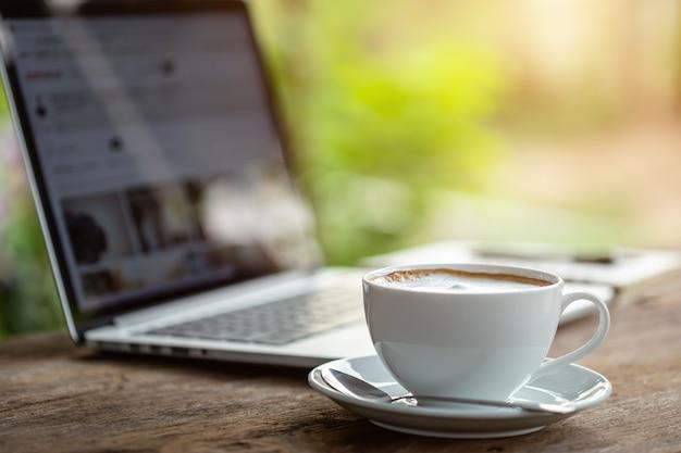 Xícara de café de cerâmica branca na mesa de madeira ou contador