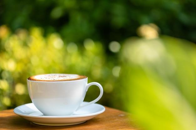 Xícara de café de cerâmica branca na mesa de madeira