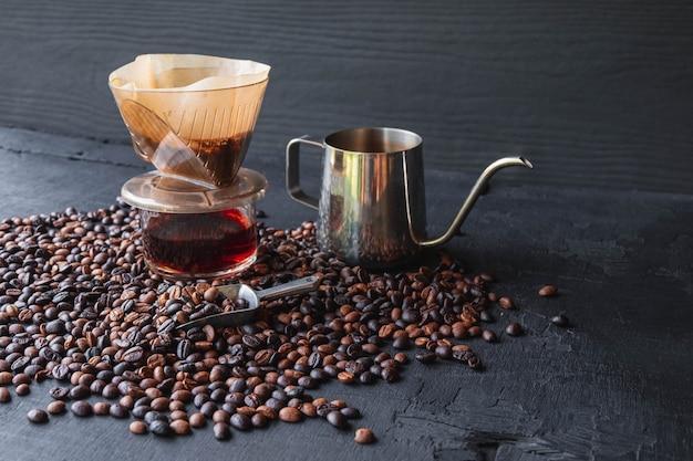 Xícara de café de gotejamento e grãos de café torrados