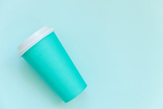 Xícara de café de papel azul design liso simples leigos sobre fundo azul colorido pastel moderno