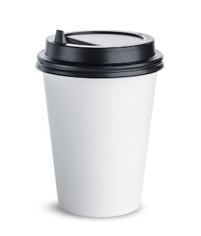Xícara de café de papel com tampa preta isolada no branco