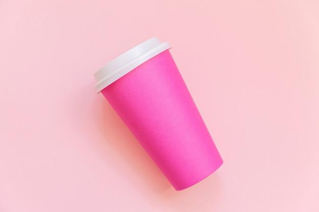Xícara de café de papel-de-rosa design liso simples leigos sobre fundo rosa colorido pastel moderno