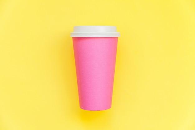 Xícara de café de papel-de-rosa design simplesmente plana leigos isolada em fundo moderno colorido amarelo