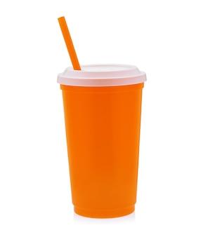 Xícara de café de plástico laranja em fundo branco.