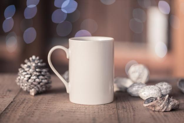 Xícara de café de porcelana branca, caneca na velha mesa de madeira