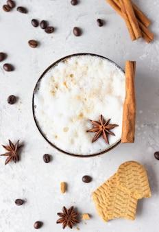 Xícara de café decorada com estrela de anis e pau de canela