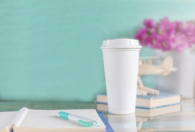 Xícara de café descartável na mesa de madeira no terraço do café