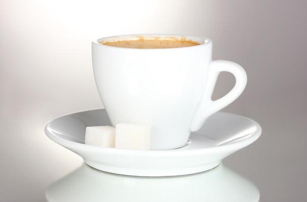 Xícara de café e açúcar isolado no branco