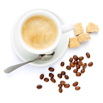 Xícara de café e açúcar mascavo no fundo branco