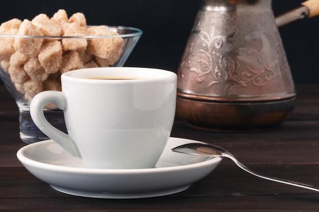 Xícara de café e açúcar mascavo