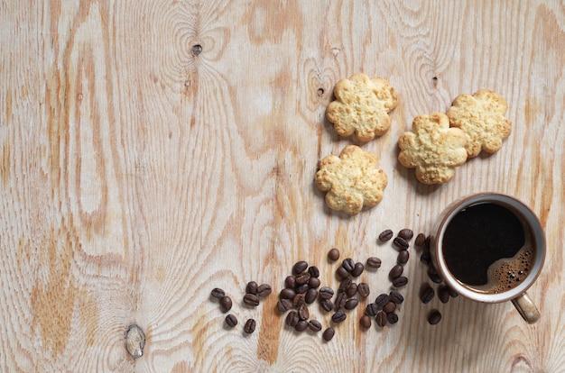 Xícara de café e biscoito amanteigado com lascas de coco