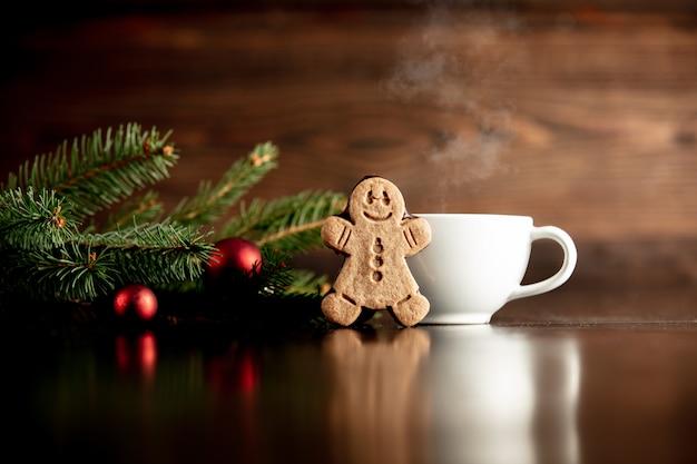 Xícara de café e biscoito de gengibre