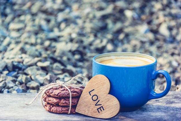 Xícara de café e biscoitos de chocolate