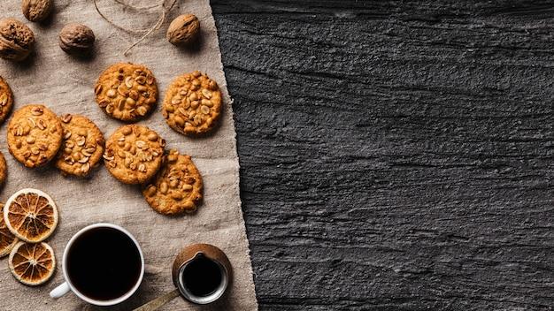 Xícara de café e biscoitos deliciosos