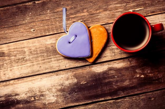 Xícara de café e biscoitos na madeira marrom