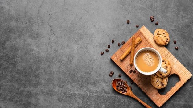 Xícara de café e biscoitos plana leigos com espaço de cópia