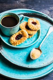 Xícara de café e biscoitos