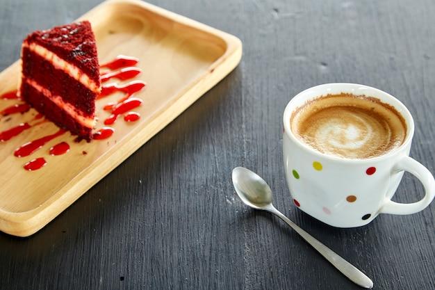 Xícara de café e bolo de veludo vermelho