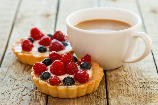 Xícara de café e bolos doces com frutas