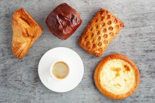 Xícara de café e bolos em um de madeira