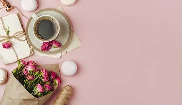Xícara de café e buquê de flores da primavera