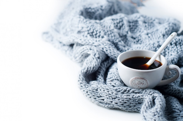 Xícara de café e cachecol quente