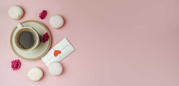 Xícara de café e carta de amor em papel rosa das tendências