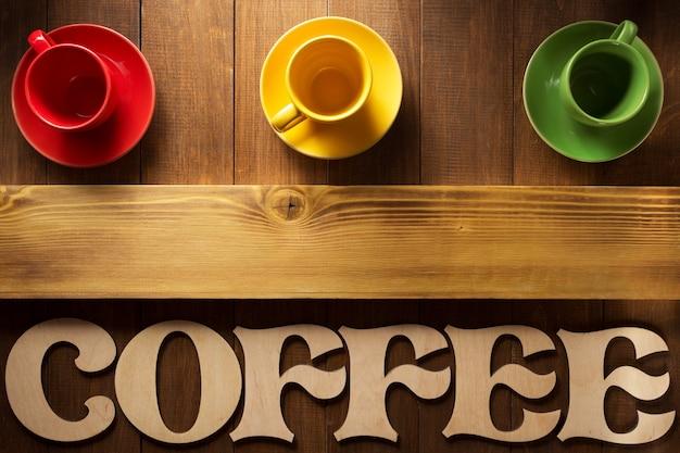 Xícara de café e cartas na superfície de madeira