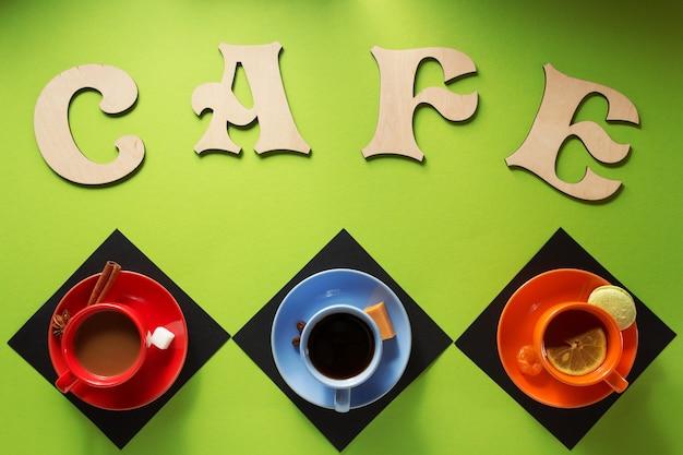 Xícara de café e chá na superfície colorida