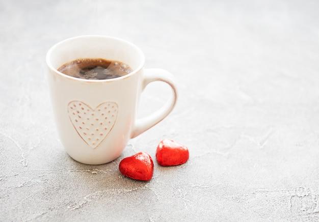 Xícara de café e chocolate doce