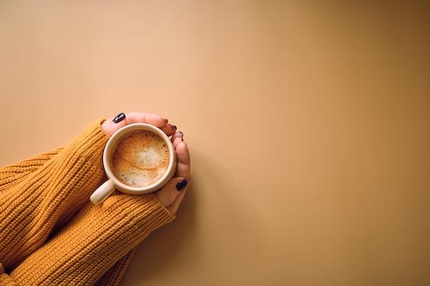 Xícara de café e com a mão de mulher, copie o espaço